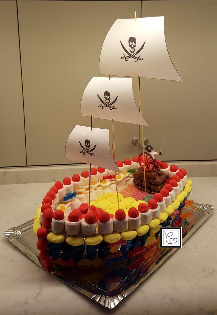 Mon g teau de bonbons bateau de pirate une tr s bonne id e qui a t appr ci e aussi bien par - Gateau en bonbon ...