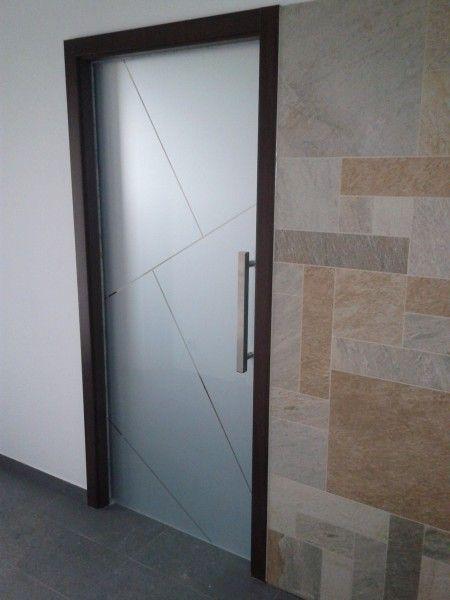 Posuvné celoskleněné dveře do zdi, pískovaný motiv