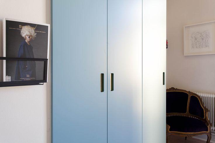 Blå garderobsdörrar