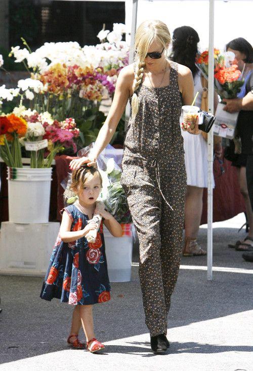 Los estampados florales están muy a la moda, Kimberly Stewart (Hija de Rod stewart) le pone a su hija los vestiditos mas lindos del mundo.