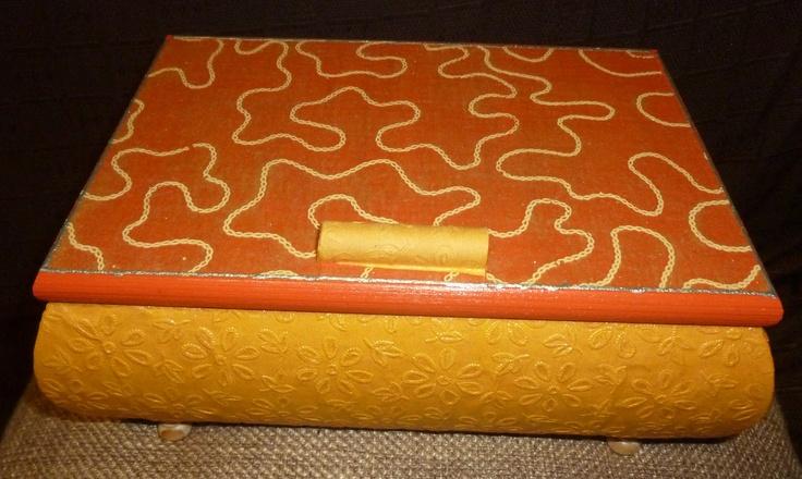Caja de madera forrada con papel de seda, papel touch y acrílica naranja.