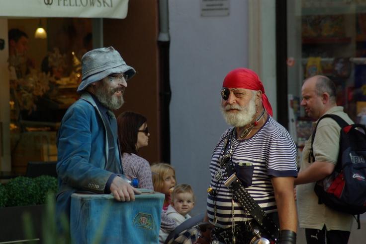 Na tzw. Drodze Królewskiej, czyli ulicy Długiej i Długim Targu, spotkać można barwne postacie. Na zdjęciu niebieski mim oraz trójmiejski pirat.