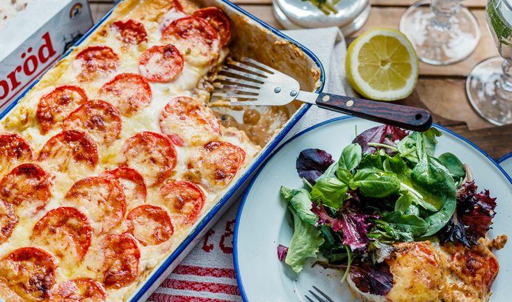Sätt ugnen på 200 grader. Stek svamp och squash hastigt i smör, salta och ställ åt sidan på en tallrik. Fräs lök och färs i smör tills det börjar få färg, använd samma stekpanna. Tillsätt tacokrydda, tomatpuré och vatten. Låt sjuda på svag värme. Gör vit sås: Smält smör i en kastrull, vispa ner mjöl. Tillsätt cirka 2 dl mjölk, vispa ut redningen tills det är helt slätt. Häll i resterande mjölk eftersom, vispa under tiden. Sjud på svag värme 3 minuter. Rör ner färskost och smaka av med salt…