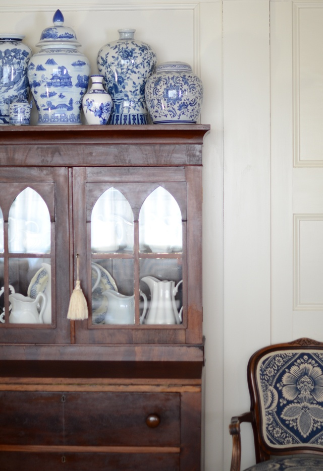 Is there anything nicer than a  collection of blue and white jars  on top of a dresser?  Classic look.