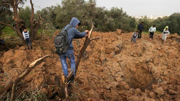 Simply truthpeace: Israel Gaza: Air strikes follow bomb blast on Gaza...