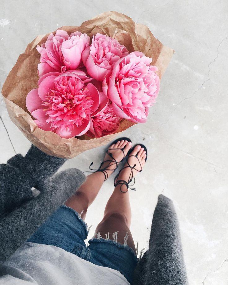 Bouquet de fleurs et sandales noires, Mija Flatau