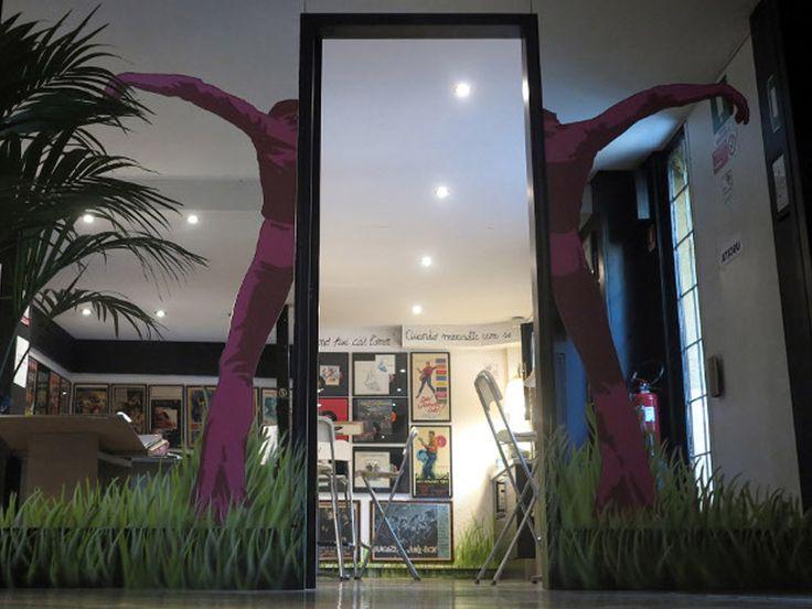 Arrivando davanti al numero 45, noterete un muro arancione decorato con murales e con la scritta Museo Fermo Immagine. Oltrepassate la soglia e preparatevi a entrare in un posto magico: l'unico Museo del Manifesto Cinematografico presente in Italia.