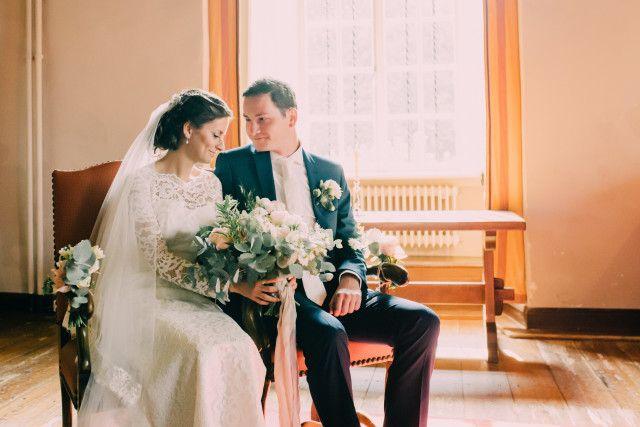 Credit: Fotosolo - huwelijk (ritueel), vrouw, volwassen, bruid, volk, bruidegom, binnenshuis, mannelijk, huwelijk (burgerlijke staat), hoofddeksel, twee, liefde, kleding, gezin, saamhorigheid, gezichtsuitdrukking