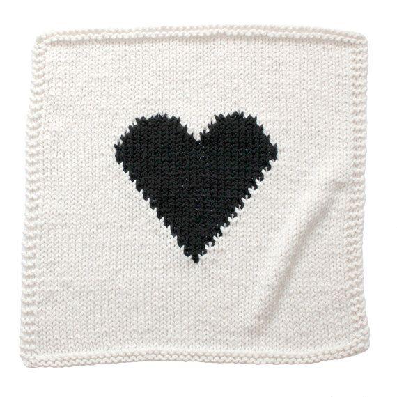 Wat is zoeter dan een hand breien hart deken? Dit is de oorspronkelijke hart deken... Deze moderne monochromatisch baby deken is crème met een zwarte hart een gewaagde verklaring af te leggen. Het is de perfecte maat voor bundeling van baby in een kinderwagen, autostoeltje of wandelwagen/kinderbed. Maakt een grote babydouche of nieuwe baby cadeau! Deze deken duurt ongeveer 6-8 weken te breien vóór klaar om te verzenden. (Laat het me weten als u absoluut het eerder hebben moet en ik zal...