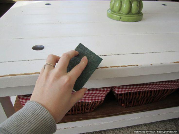 Muebles decapados en blanco roto con zonas desgastadas y una elegante pátina que simula el efecto de los años. Hazlo tú mismo con las explicaciones de http://reciclatusmuebles.wordpress.com