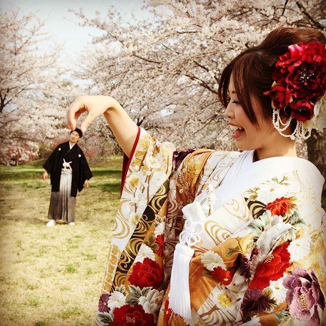 【eandf.wedding】さんのInstagramをピンしています。 《前撮り① 和装で遠近法 進撃の巨人だね笑 さくらが綺麗だったー(❁´ω`❁) #前撮り #桜 #和装前撮り》
