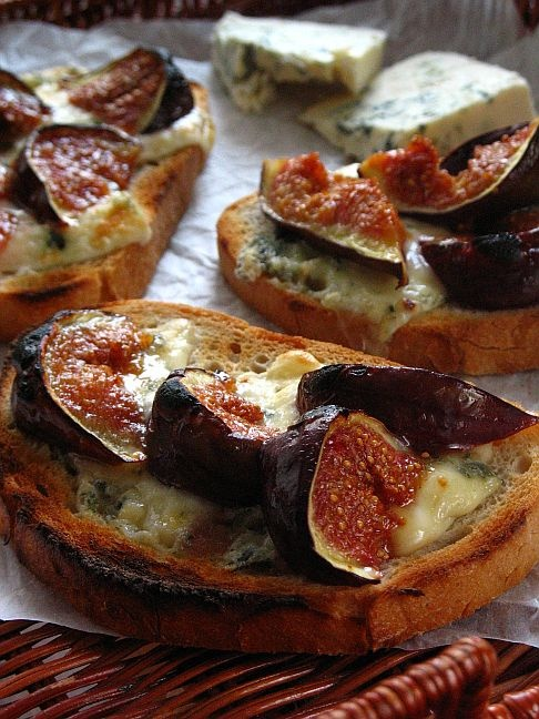 skoraq cooks and other stories: Grzanki z serem pleśniowym i karmelizowanymi figami / Bruschetta with blue cheese and roasted figs Fig Recipes, Cooking Recipes, Roasted Figs, Tapas, Good Food, Yummy Food, Appetisers, Fabulous Foods, Clean Eating Recipes