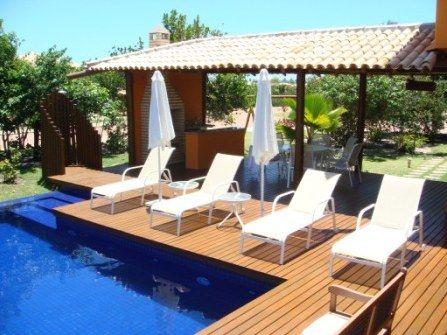 A apenas uma hora de carro de Salvador, em uma região costeira com muito verde e praias tranquilas, fica a Costa do Sauípe, um resort turístico de luxo bem planejado.