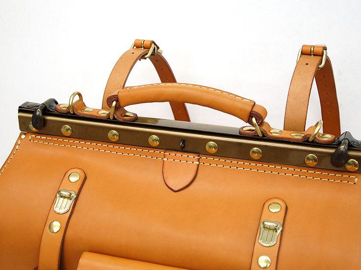 どっしりとした本体についた口枠:パンタフレームがクラシックな雰囲気を醸し出す大容量の革鞄。旅行の荷物からこぶりな鞄まで収納できる頼もしい2サイズ展開です。