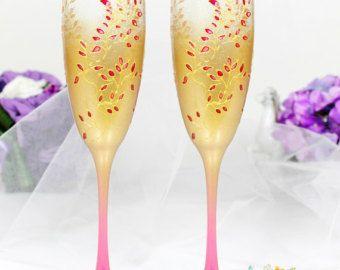 Copas de champán de la boda con hermosas rosas hechas a mano