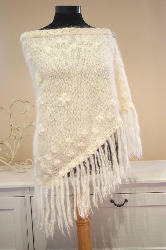 Capes, boléros et cardigans : tout pour réchauffer la mariée d'hiver !