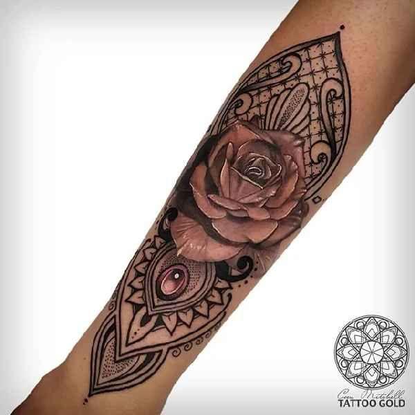 . Geometrische Tätowierungen liegen zur Zeit voll im Trend. Ein absoluter Meister dieser Stilrichtung ist Tattoo-Künstler Coen Mitchell. Er arbeitet im Studio des bekannten Tätowierers Matt Jordan, in Auckland, Neuseeland. Coens Tätowierungen sind nicht einfach nur unglaublich detailreich, sonde…