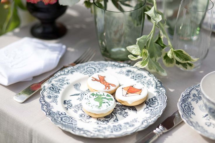 Julia Löwe made this gorgeous pics of my handpainted cookies, www.yavescakeink.de