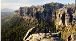 Hřensko je vstupní bránou do nádherné scenérie tohoto úžasného národního parku. Již při příjezdu z Děčína do Hřenska můžete obdivovat obrovský kaňon řeky Labe s pískovcovými skalami, které vystupují z kaňonu stovky metrů nad hladinu řeky. Unikátem je i Pravčická brána – největší přirozená skalní brána na našem kontinentu.