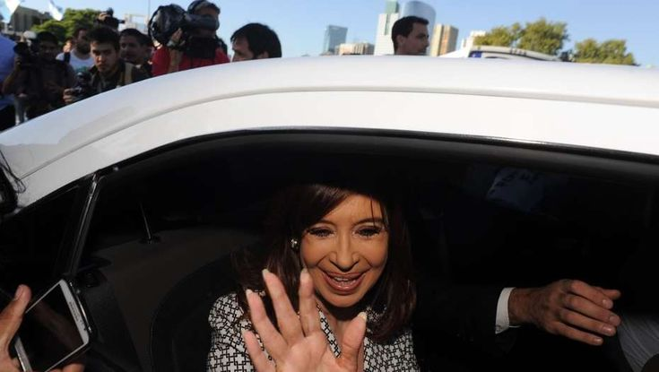 La ex presidenta Cristina Kirchner explicitó hoy su apoyo a los gremios docentes que cumplieron hoy el séptimo día de paro y cuestionó a la gobernadora bonaerense, María Eugenia Vidal,   #BARADEL #CONFLICTO DOCENTE #VIDAL