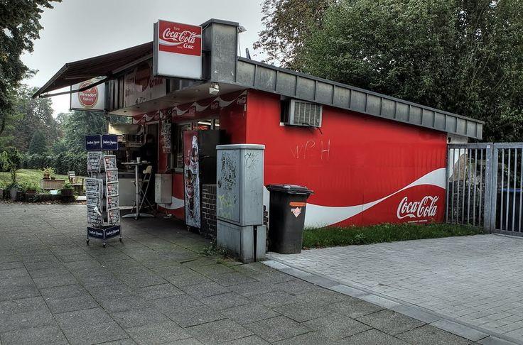 Fotograf:pillboxs : Ein Kiosk (vor dem 18. Jahrhundert entlehnt über französisch kiosque von türkisch köşk, aus mittelpersisch koschk) ist heute im allgemeinen Sprachgebrauch die Bezeichnung für eine kleine Verkaufsstelle in Form eines Häuschens oder einer Bude. Ein Beispiel ist die Trinkhalle. # http://www.panoramio.com/photo/40778739