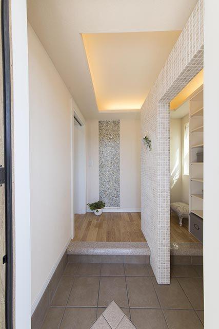 モザイクタイルの仕切り壁、奥は大容量のシュークローゼット。|インテリア|おしゃれ|自然素材|シャビー|新築|創業以来、神奈川県(秦野・西湘・湘南・藤沢・平塚・茅ヶ崎・鎌倉・逗子地区)を中心に40年、注文住宅で2,000棟の信頼と実績を誇ります|