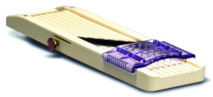 Mandolin japansk L280 B65 mm Plast 450,- på Culina. Har en dårlig, litt ødelagt mandolin som jeg bruker mye. Denne hadde hjulpet meg i tykt og tynt!