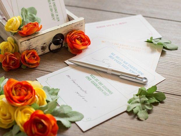 Fragen an die Hochzeitsgäste oder Gästebuch? Beides hilft um tolle Glückwünsche und Sprüche zu erhalten und die Gäste auf der Party zu unterhalten. #hochzeit #entertainment #unterhaltung #gästebuch #guestbook #wedding #fragekarten #fragen #heiraten #braut