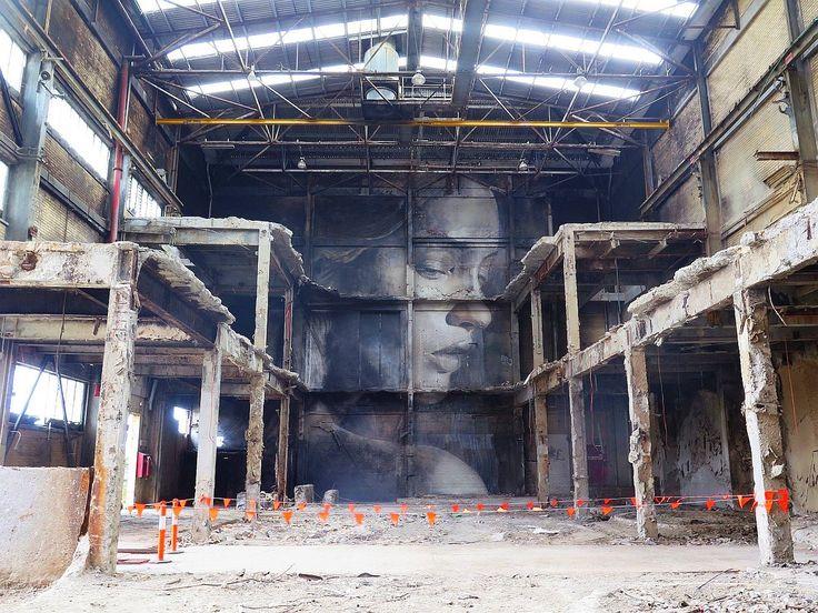 Mural w opuszczonej fabryce. (autor: RONE)