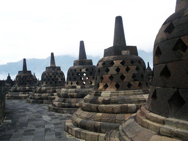Pagodas ou estopas no 9º nível do Borobudur (Foto: Matheus Pinheiro de Oliveira e Silva)