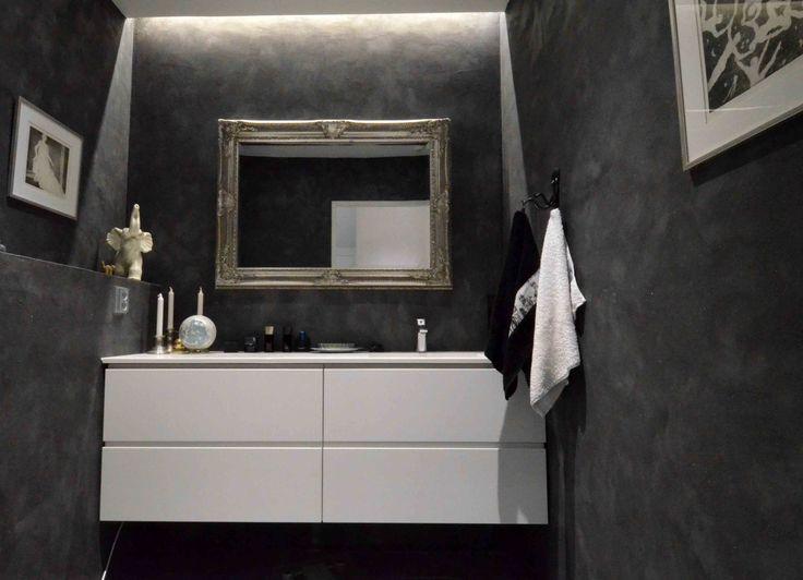 Kuivan WC:n seinissä tummalla vahalla koristeltu, dramaattinen hiekkaefektimaali. www.bellearti.fi #habitare2016 #design #sisustus #messut #helsinki #messukeskus