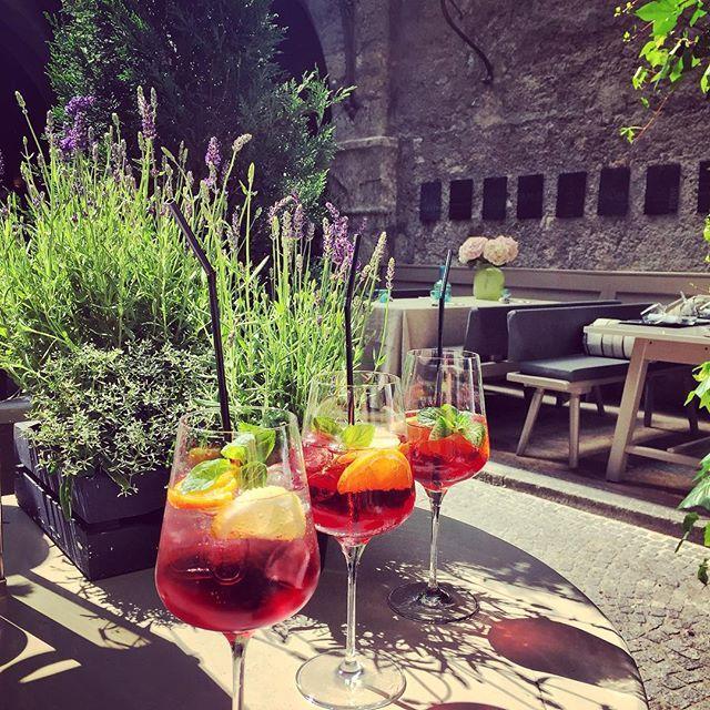 Feierabend! Let's have a drink after work  #lorenzoniprontour #afterwork #afterworkdrink #weekend #steter #schilerol #salzburg #stpeterstiftskeller #oldcity