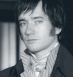 Fitzwilliam Darcy, personaje ficticio creado en 1813 por Jane Austen en la novela Orgullo y prejuicio. Es considerado uno de los principales héroes románticos de la literatura.  El Actor que vemos en la imagen con esa mirada provocadora e irresistible se llama: David Matthew Macfadyen.