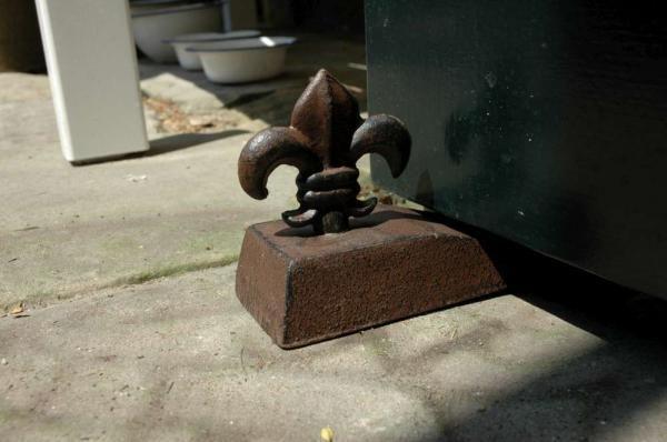 Öntöttvas antik barna ajtókitámasztó ék, különböző felső mintával.