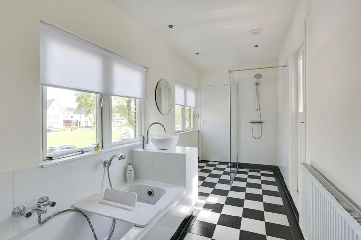Aan het Leeuwerikplein nabij het centrum van Leeuwarden staat dit goed onderhouden herenhuis.  De woning kenmerkt zich door degelijkheid, veel ruimte, een grote living, 6 slaapkamers, 3 badkamers en fraaie ligging met vrij uitzicht over de Leeuwerik