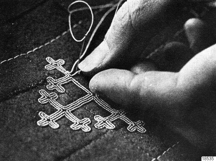 Kringla - tenntrådsbroderi, sameutställning, hantverk -- sami tin thread embroidery. Not viking posaments, but similar.