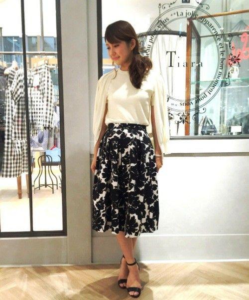 ミモレ丈のモノトーン花柄スカートで美人度◎ 花柄フェミニン スタイル ファッション コーデ♡