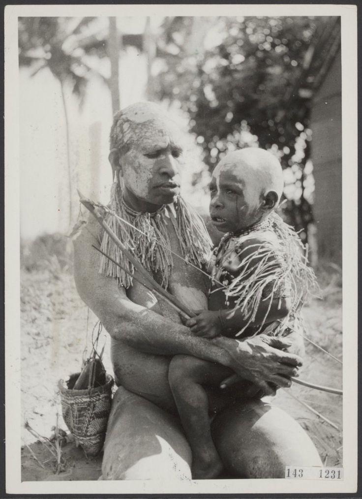 Mourning Marind widow with child / rouwende Marind weduw met kind (Nieuw-Guinea)