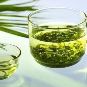Польза зеленого чая!  11 причин, чтобы его пить: 1. Это отличный источник антиоксидантов 2. Он сжигает жир и позволяет вам тренироваться дольше 3. Продлевает жизнь 4. Уменьшает стресс и увеличивает мо...