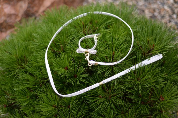 White dog collar with clear stones. Perfect for wedding.