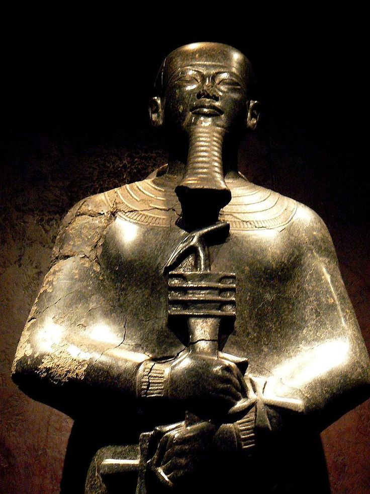 """Ptah, """"Celui qui ouvre"""", est le démiurge de Memphis, dieu des artisans & des architectes, patron de la construction, de la métallurgie & de la sculpture. Il est également le patron des chantiers navals & des charpentiers en général. Dans la Triade de Memphis, il est l'époux de Neith et deviendra tardivement celui de Sekhmet, il est le père de Néfertoum. Sous l'Ancien Empire, Ptah est, avec Rê, le dieu impérial - Statue conservée au Musée égyptien de Turin, Italie."""