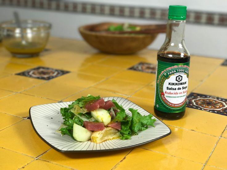 Esta receta de Ensalada de Atún con aderezo de cítricos y soya es, además de muy saludable, ligera, hermosa, brillante, y muy sabrosa.