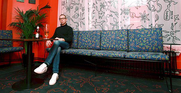 Sekä sovelletun että kuvataiteen tekijöitä ei maailmassa ole montaa, Stefan Lindfors on yksi heistä.