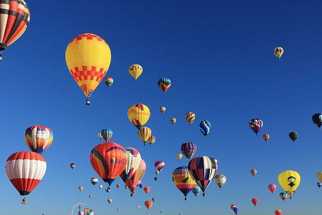 アメリカのニューメキシコ州のアルバカーキで毎年開催される『Albuquerque International Balloon Fiesta(アルバカーキ国際気球フェスティバル)』は、世界中から700もの熱気球が集まる世界最大の気球フェス。何百もの色鮮やかな気球が空を埋め尽くす光景は圧巻!