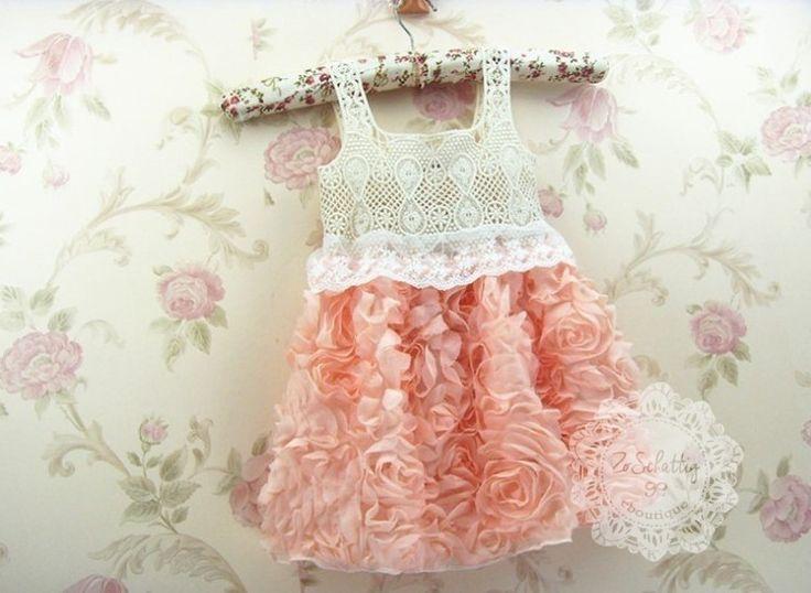 Mouwloos jurkje met gehaakte bovenstuk en embroidery kanten randje, onderrok van tule bezet met gedraaide chiffon roosjes. Voor een totale ZoSchattig look, maak je de outfit compleet met daar onder ballerina schoentjes.