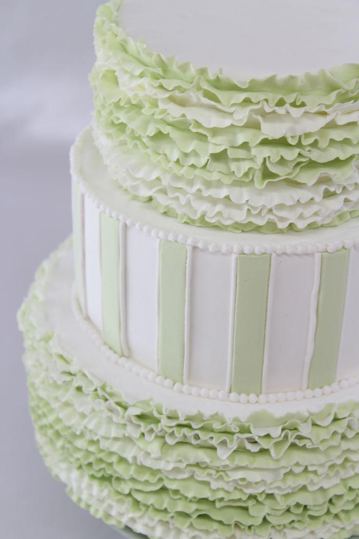 ClayArtist MISA Styleフリルケーキ 爽やかなグリーンのケーキは 可愛らしいフリルと スタイリッシュなストライプが 絶妙なデザインです 参考価格:¥72,900 サイズ:高さ約22cm・直系約19cm