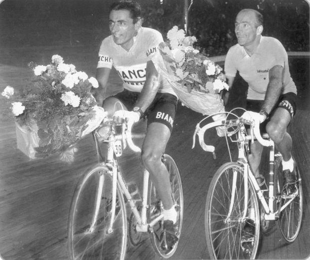 1955 Giro de Italia: Fausto Coppi (ganador de la última etapa y la segunda ) y ganador general Fiorenzo Magni en el Vigorelli ..