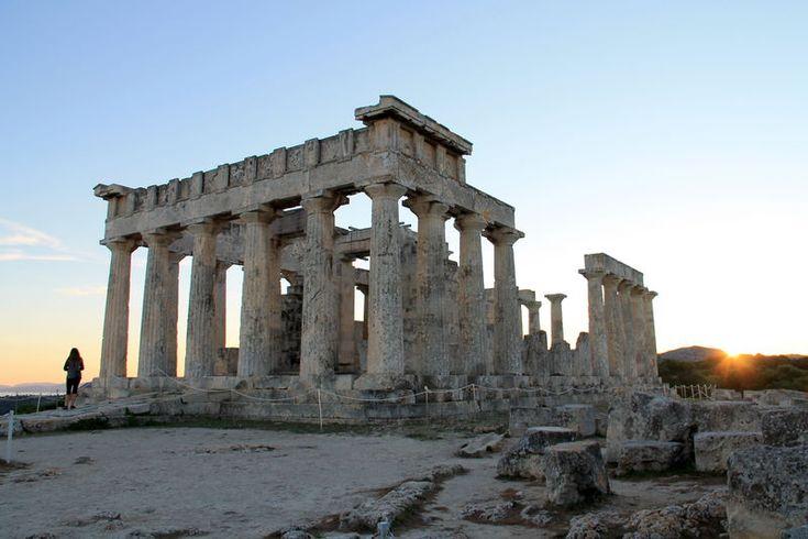 grecka wyspa Egina i Świątynia Afai podczas zachodu słońca