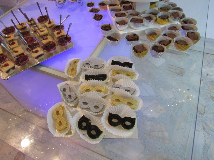 Galletas con cobertura en masapán y escarcha comestible. perfectas para una fiesta de máscaras o veneciana.