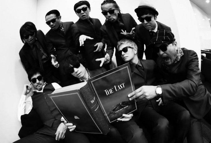 「The Last」豪華ボックス盤を手にする東京スカパラダイスオーケストラのメンバー。